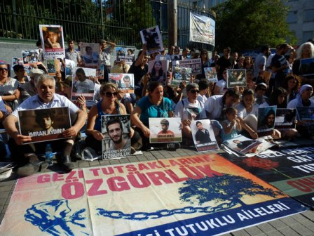istanbul-gezi-tutsak-aileleri-eylem-10-08-13--002-AA