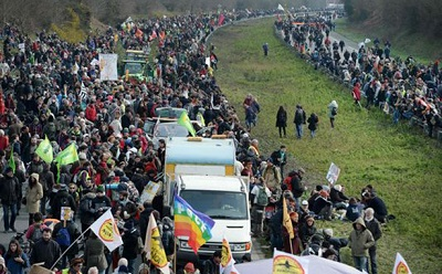 Fransada havalimanı projesine karşı onbinler sokağa çıktı
