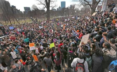 ABDde binlerce öğrenci eğitim kesintilerini protesto etti
