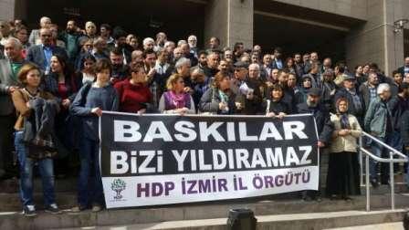 İzmirde operasyonlara karşı Adliye önünde protesto