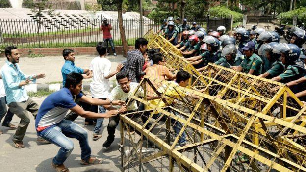 Bangladeş öğrenciler ayakta