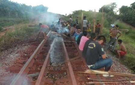 Brezilyada yerliler demiryolunu kesti