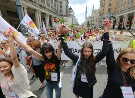 Polonyada binlerce kadın kürtaj yasasına karşı yürüdü