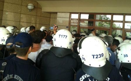 İzmirde ÇHDli avukatlara polis saldırısı
