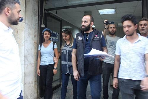 İzmirde Özgür Halk bürosuna polis baskını