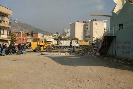 Bayraklı Cemevinin salonu şafak baskınıyla yıkıldı
